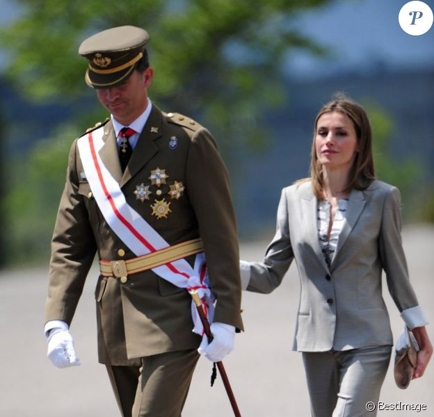 Le prince Felipe, accompagné par la princesse Letizia d'Espagne, présidait la cérémonie de remise des diplômes aux sous-officiers de la XXXVIIe promotion sortant de l'Académie militaire de Talarn, le 9 juillet 2012.