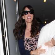 Liv Tyler, souriante avec son nouvel accessoire mode à la main