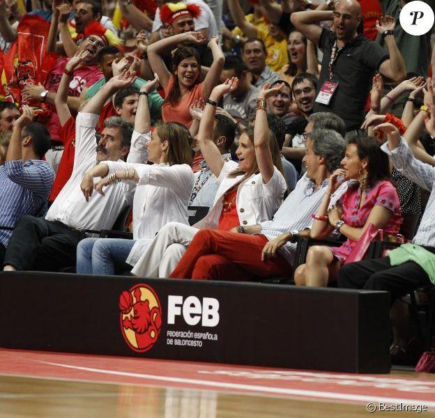 En bonne Ibère, Elena ne manque pas une ola ! L'infante Elena d'Espagne a savouré la nette victoire de l'Espagne face à la France, en match amical préparatoire aux JO de Londres, le 10 juillet 2012. Au Palais des Sports de Madrid, la Roja s'est imposée 81-65 face à des Bleus diminués.