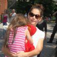 Katie Holmes, sa fille Suri et sa mère Kathleen se sont rendues au zoo de New York, le 11 juillet 2012 - Suri et sa poupée dans les bras de sa maman