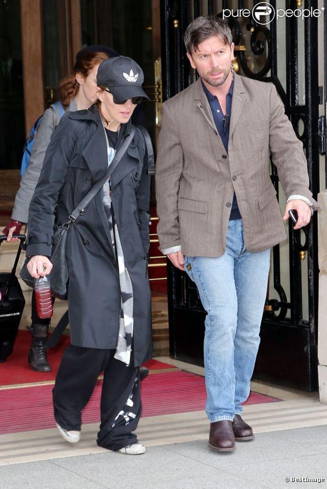Madonna sort de son hôtel parisien, Le Ritz, le 12 juillet 2012.