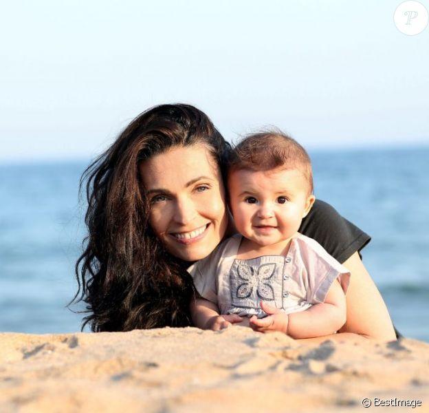 Adeline Blondieau à la plage avec l'adorable Wilona, née en août 2011.