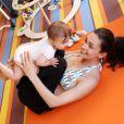 Adline Blondieau pratique le yoga avec sa fille Wilona.