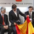 """""""Rafael Nadal tout sourire, recevait le 14 juillet 2012 à Madrid le drapeau de l'Espagne, en sa qualité de porte-drapeau de la délégation pour les JO de Londres 2012. Le 19 juillet, il annonce son forfait, son rêve olympique se brise..."""""""