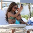 Christina Milian et sa fille Violet sur une plage de Miami, le 20 juillet 2012.