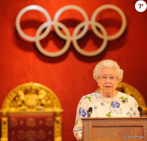 La reine Elizabeth II, entourée notamment de son époux et sa fille la princesse Anne, a accueilli le 23 juillet 2012 à Buckingham Palace des membres du CIO - dont plusieurs royaux - à l'occasion des Jeux olympiques de Londres. L'occasion pour le président du Comité international olympique Jacques Rogge de présenter à la souveraine les médailles olympique, et pour la monarque d'adresser ses voeux aux athlètes en compétition.