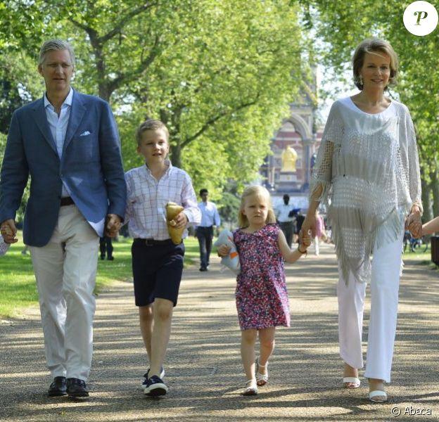 Promenade familiale dans les jardins de Kensington. Le prince Philippe de Belgique, son épouse la princesse Mathilde et leurs quatre enfants - la princesse Elisabeth, les princes Gabriel et Emmanuel et la princesse Eleonore - sont arrivés à Londres le 26 juillet 2012 pour soutenir les athlètes belges en compétition jusqu'au 31. Dès leur arrivée, ils ont fait un peu de tourisme dans la capitale anglaise.