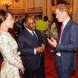 Le président du Gabon et son épouse en pleine conversation avec le prince Harry à Buckingham Palace avant la cérémonie d'ouverture des jeux olympiques de Londres, le vendredi 27 juillet 2012.