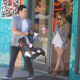Hilary Duff se rend dans un magasin de déco d'intérieur avec son époux Mike Comrie, le samedi 28 juillet 2012. Leur fils Luca, niché dans son landau, apparaît sage et calme.