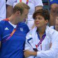 Alain Bernard tente de réconforter Coralie Balmy durant le triomphe du relais 4x100m nage libre lors des Jeux olympiques de Londres le 29 juillet 2012