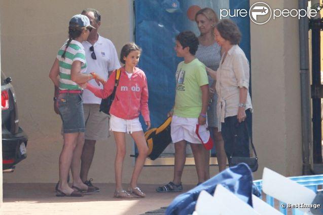 La reine Sofia d'Espagne à Palma de Majorque le 1er août 2012 avec l'infante Elena et ses enfants Felipe et Victoria.