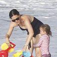 EXCLU - Jennifer Garner s'occupe de sa petite Seraphina sur une plage de Puerto Rico le 15 juillet 2012