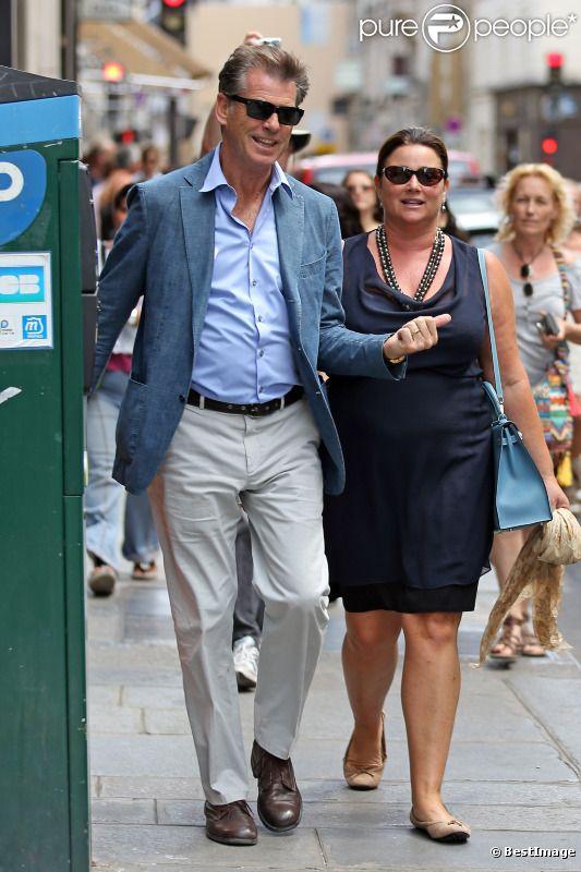 Pierce Brosnan, souriant et épanoui, auprès de son épouse Keely Shaye Smith dans la rue Saint Honoré à Paris pour une séance shopping le 4 août 2012