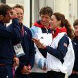 Avec le quadruple champion olympique et recordman Ben Ainslie, le courant est bien passé ! Kate Middleton a rencontré le 6 août 2012 à Weymouth, en marge de la compétition de voile de Laser, les spécialistes britanniques Paul Goodison (Laser), le tandem Stuart Bithell et Luke Patience (470), et le quadruple champion olympique Ben Ainslie, roi du Finn.