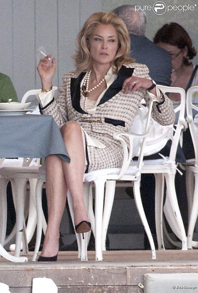 Sharon Stone pendant le tournage d'une scène de  What About Love  à Bucarest, le 8 août 2012. Sous son tailleur Chanel, l'actrice de 54 ans cache des traits un peu tirés.