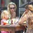 Jennie Garth et ses filles prennent du bon temps à New York le 9 août 2012 à la terrasse d'un restaurant