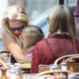 Pause câline pour Jennie Garth et ses filles qui prennent du bon temps à New York le 9 août 2012 à la terrasse d'un restaurant