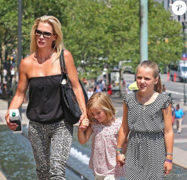 Jennie Garth profite d'une belle journée à New York avec ses trois filles le 9 août 2012