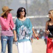 Neve Campbell, jeune maman très discrète, présente son bébé sur la plage