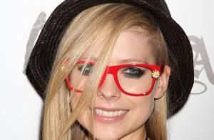 Avril Lavigne : Sa bague de fiançailles au doigt, elle file à Las Vegas