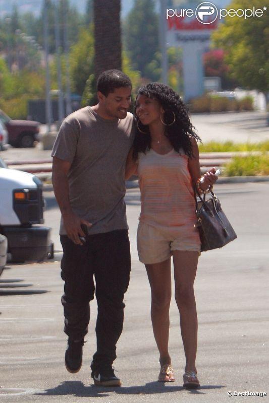Brandy, folle amoureuse de son producteur Ryan Press, se promène en sa compagnie dans un parc à Los Angeles, le mercredi 22 août 2012.