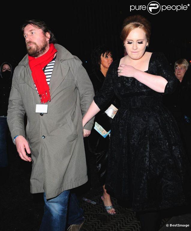 Adele et son compagnon Simon Konecki en décembre 2010 à Londres. Le 29 juin 2012, la chanteuse anglaise a annoncé être enceinte de leur premier enfant.