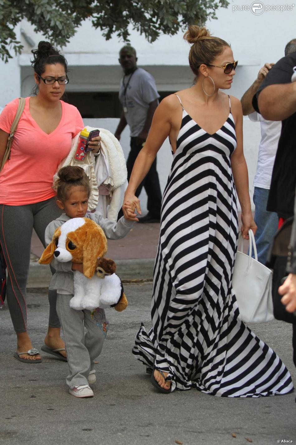 jennifer lopez chic et d contract e en maxi robe ray e wyatt et sa fille emme miami beach le. Black Bedroom Furniture Sets. Home Design Ideas