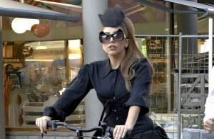 Lady Gaga : Tatouage, bière, vélo et shopping... La chanteuse en roue libre
