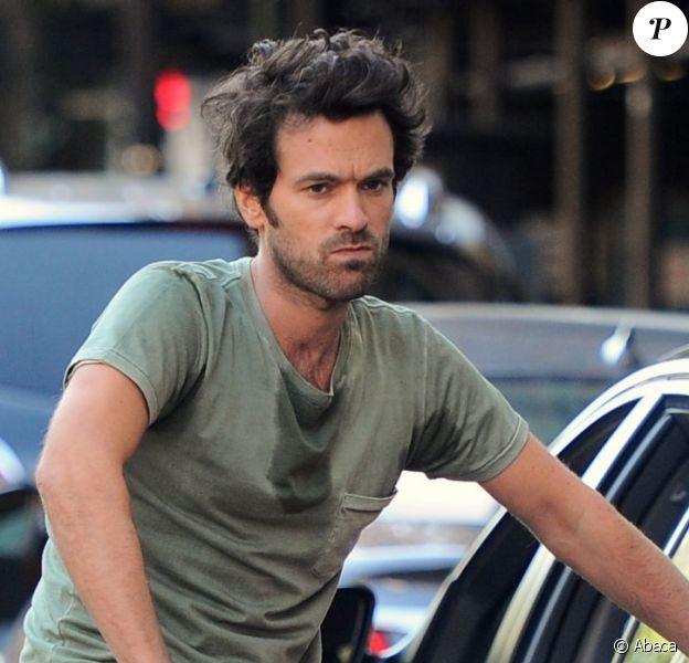 Romain Duris tourne les premières scènes de Casse-tête chinois de Cédric Klapisch, à New York le 11 septembre. Le film raconte la suite des aventures de Xavier après L'Auberge espagnole (2002) et Les Poupées russes (2004).