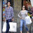 Emma Watson et son petit ami Will Adamowicz, en pleine séance shopping à New York. Le 16 septembre 2012.