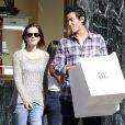 En pleine promotion de  Le Monde de Charlie , Emma Watson se détend avec son chéri Will Adamowicz durant une séance shopping à New York. Le 16 septembre 2012.