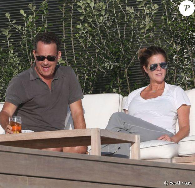 Tom Hanks buvant une bière avec sa femme Rita Wilson, près d'une plage à Malibu, le dimanche 16 septembre 2012.