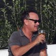 Tom Hanks buvant une bière sous le soleil de Malibu, le dimanche 16 septembre 2012.