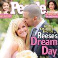 Reese Witherspoon en couverture du magazine  People  pose avec son nouvel époux, Jim Toth, le jour de leur mariage dans le ranch d'Ojai, mars 2011.