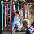 Moment de détente pour la petite Suri Cruise ! La fillette s'amuse dans un parc de Brooklyn, à New York le 24 septembre 2012, sous le regard de sa maman Katie Holmes