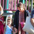 Suri Cruise s'amuse dans un parc de Brooklyn, à New York le 24 septembre 2012, sous le regard de sa maman Katie Holmes