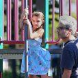 Suri Cruise s'amuse dans un parc de Brooklyn avec d'autres enfants, le 24 septembre 2012, après l'école.