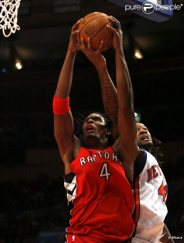 Chris Bosh (numéro 4) et Jordan Hill au Madison Square Garden de New York le 28 janvier 2010