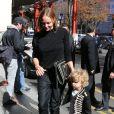 Stella McCartney et son fils Miller de retour au George V après le défilé. Paris, le 1er octobre 2012.