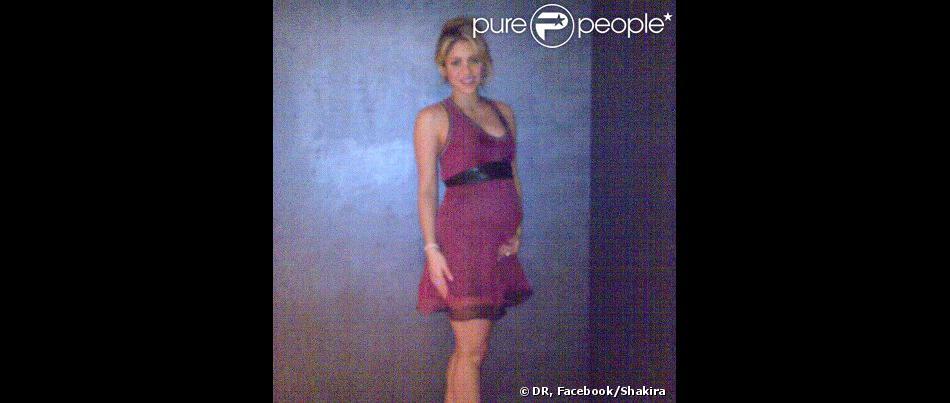 Shakira, enceinte de son premier enfant (un garçon) avec Gerard Piqué, a publié le 6 octobre 2012 sur sa page Facebook la toute première photo d'elle enceinte, de six mois.