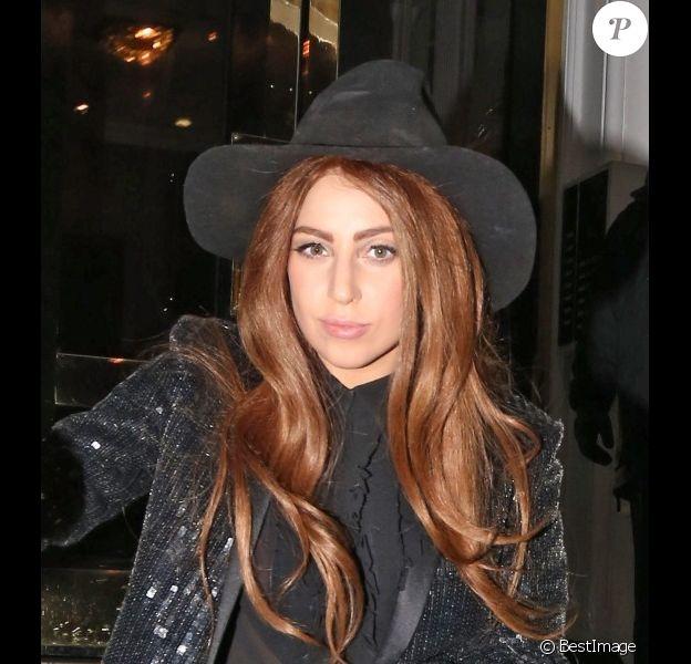 Lady Gaga quitte l'ambassade de l'Equateur, à Londres, le lundi 8 octobre 2012.