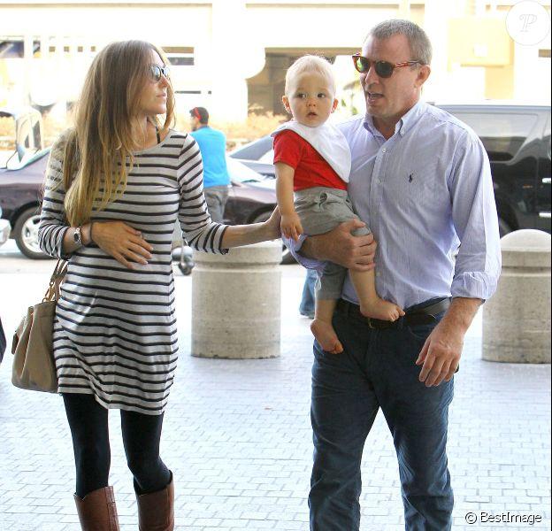 Guy Ritchie et sa fiancée Jacqui Ainsley, à l'aéroport Lax de Los Angeles, en compagnie de leur petit Rafael, le mardi 9 octobre 2012.