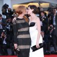 Joséphine de La Baume et Roxane Mesquida s'embrassent au Festival de Venise, le 6 septembre 2011.