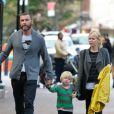 Une famille soudée !Naomi Watts et Liev Schreiber vont chercher leurs fils à l'école et les emmènent promener. New York, le 11 octobre 2012.