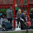 Naomi Watts et Liev Schreiber vont se promener au parc avec leurs fils après l'école. New York, le 11 octobre 2012.