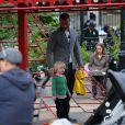 Naomi Watts et son mari Liev Schreiber font une promenade en vélo avec leurs fils Alexander et Samuel. NewYork, le 11 octobre 2012.