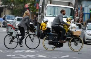 Naomi Watts, chic en vélo, profite des trois hommes de sa vie