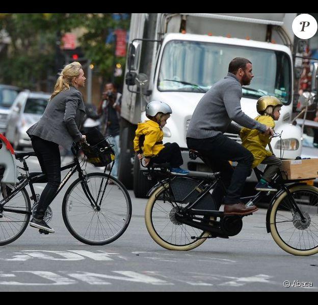 Naomi Watts et son mari Liev Schreiber emmènent leurs deux fils faire du vélo après l'école dans les rues de New York. Le 11 octobre 2012.