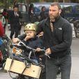 Naomi Watts et son mari Liev Schreiber font une promenade en vélo avec leurs fils Alexander et Samuel. NewYork, le 12 octobre 2012.