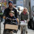 Naomi Watts, Liev Schreiber et leurs fils Samuel et Alexander : ballade en vélo en famille. New York, le 12 octobre 2012.